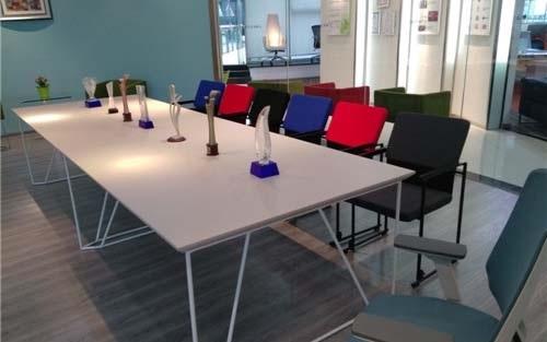成都板式办公桌椅定制费用通常是多少钱?