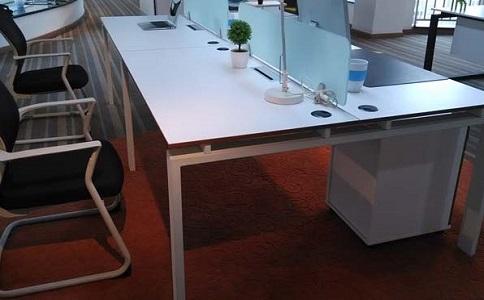 成都定制屏风办公桌公司哪个好?该怎样选择?